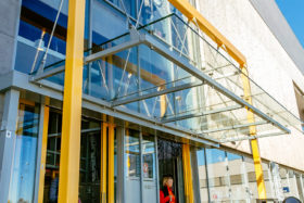 PHOTOS-GALERIE_SADEV_Auvent-magasin-verre_Glass-awning_shop_Hongrie_3