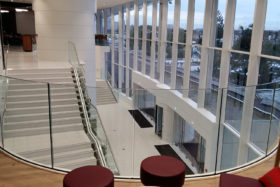 PHOTOS-GALERIE_SABCO-garde-corps-ceintre-verre-bombe_curved-glass-balustrade_centre-commercial2