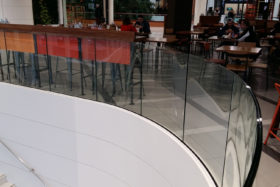 PHOTOS-GALERIE_SABCO-garde-corps-ceintre-verre-bombe_curved-glass-balustrade_centre-commercial5