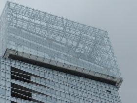 Habillage de la façade en verre de la Tour Saint-Gobain