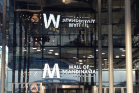 PHOTOS-GALERIE_SADEV_Fixation-mur-verre_Glass--wall-fixing_Scandinavia_mall_R1006_4